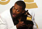 lecrae-poses-with-his-grammy
